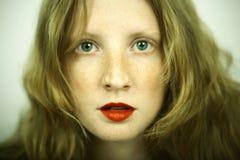 Reizend rotes Mädchen mit Freckles Stockfotos