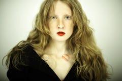 Reizend rotes Mädchen mit Freckles Stockfoto
