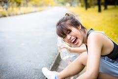 Reizend schöne asiatische Frau des Porträts Attraktives Mädchen lacht sich, weil hübsches Mädchen Wasser ihre ganze Gesichtsweile stockfotografie