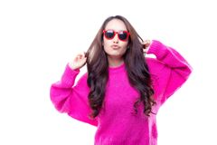 Reizend schöne Liebe der jungen Frau, die rosa Strickjacke im wint trägt lizenzfreie stockfotos
