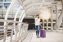 Reizend schöner Reisendfrauenblick auf eine Karte für das Finden eines Des lizenzfreie stockbilder