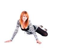Reizend schönes lächelndes Mädchen auf dem Fußboden lizenzfreie stockfotos