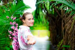 Reizend Schönheit des Porträts Attraktive Frau lädt ein lizenzfreie stockfotografie