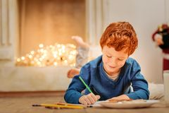 Reizend Schreibensbuchstabe des kleinen Jungen, zum von Weihnachten hervorzubringen Stockfotografie