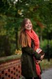 Reizend Student in einem schönen Herbstpark Stockfoto