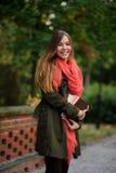 Reizend Student in einem schönen Herbstpark Stockbild