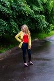 Reizend Studentin, die für die Kamera in einem grünen Park aufwirft Stockfotografie