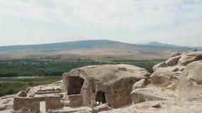 Reizend und malerische Ansicht von Georgia von den Bergen, von den Steinfelsen und von den Spitzen, wohin Touristen und Reisende  stock video footage