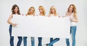 Reizend und ruhige Frauen, die ein Brett halten Stockbilder