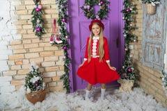 Reizend und schick Kleines Mädchenkind im Weihnachtskleid Wenig Fashionista auf Weihnachtsdekoration Modemädchen bereit zu stockbilder