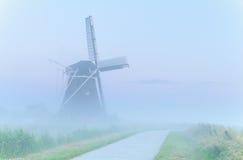 Reizend Windmühle im dichten Nebel Lizenzfreies Stockbild