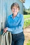 Reizende ältere Frau im Blau Stockbild