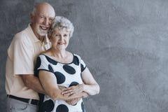 Reizende ältere Paare lizenzfreies stockfoto