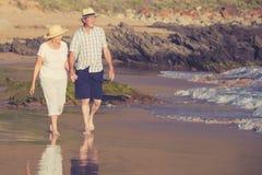Reizende ältere reife Paare auf ihrem Gehen 60s oder 70s im Ruhestand Lizenzfreie Stockfotografie