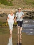 Reizende ältere reife Paare auf ihrem Gehen 60s oder 70s im Ruhestand Lizenzfreie Stockfotos