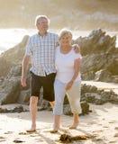 Reizende ältere reife Paare auf ihrem Gehen 60s oder 70s im Ruhestand glücklich und entspannt auf Strandseeufer in romantischem z Lizenzfreie Stockfotografie