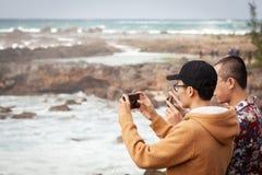 Reizende Aziatische Toeristen die Beelden nemen stock foto
