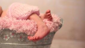 Reizende Beine des neugeborenen Babys im rosa Schlüpfer stock footage