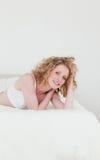 Reizende blonde entspannende Frau Stockfotos