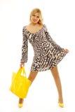 Reizende blonde Frau mit gelbem Beutel Stockbild