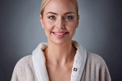 Reizende blonde Frau von mittlerem Alter mit einem Lächeln Stockfotos