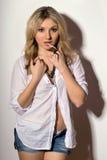 Reizende blonde junge Frau Lizenzfreie Stockfotos