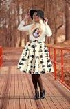 Reizende blonde junge Frau bei der Aufstellung Lizenzfreie Stockfotos