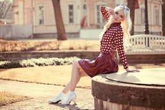 Reizende blonde junge Frau, wenn Sie draußen aufwerfen Lizenzfreie Stockbilder