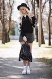 Reizende blonde junge Frau, wenn Sie draußen aufwerfen Lizenzfreies Stockfoto