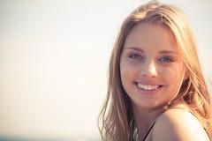 Reizende blonde Mädchenentspannung im Freien Lizenzfreies Stockbild