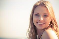 Reizende blonde Mädchenentspannung im Freien Lizenzfreie Stockbilder