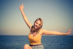Reizende blonde Mädchenentspannung im Freien durch Küste Stockfotos