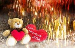 Reizende Braunbärgeschenkpuppe rote Herzen auf goldenem bokeh und FI Lizenzfreie Stockfotografie