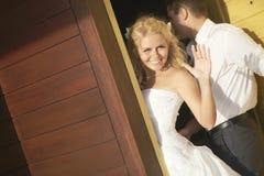 Reizende Braut, die nahe Tür nach der Heirat Abschied nimmt Lizenzfreie Stockfotos