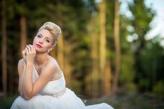Reizende Braut in einem Wald Stockfotos