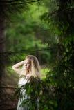 Reizende Braut in einem Wald Stockfoto
