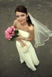 Reizende Braut mit Blumenstrauß Stockfotografie