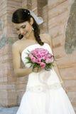 Reizende Braut mit Blumenstrauß Stockfoto