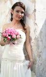 Reizende Braut mit Blumenstrauß lizenzfreie stockfotografie