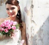 Reizende Braut mit Blumenstrauß lizenzfreie stockfotos