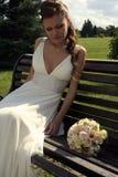 Reizende Braut mit Blumenstrauß Stockbild