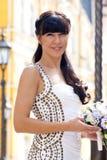 Reizende Braut mit Blumenstrauß stockbilder