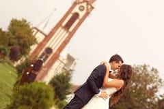 Reizende Braut und Bräutigam vor Kirche Stockfotos