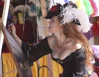Reizende Dame Painting Parasol Stockbilder