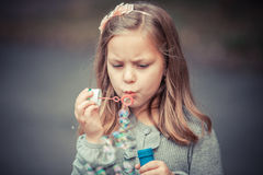 Reizende durchbrennenseifenluftblase des kleinen Mädchens Lizenzfreies Stockfoto