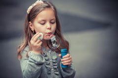 Reizende durchbrennenseifenluftblase des kleinen Mädchens Stockbild