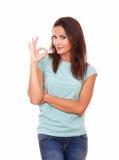 Reizende erwachsene Frau mit okayzeichen Lizenzfreies Stockbild