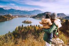 Reizende familie die op Afgetapt Meer, Slovenië, Europa kijken royalty-vrije stock fotografie