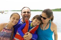 Reizende Familie, die Sommer genießt stockbilder