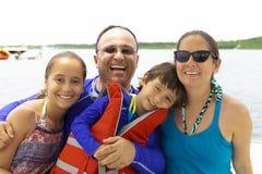 Reizende Familie, die Sommer genießt stockfotografie